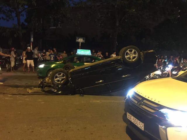 Hà Nội: Nữ tài xế lái Honda Civic đâm xe máy, húc cột điện rồi lật ngửa - Ảnh 3