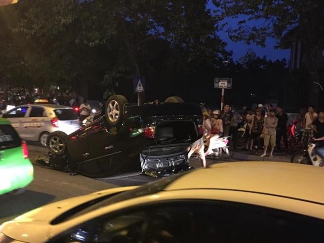 Hà Nội: Nữ tài xế lái Honda Civic đâm xe máy, húc cột điện rồi lật ngửa - Ảnh 4
