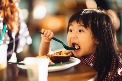 Mẹ mắc sai lầm không ngờ khi cho con ăn sáng