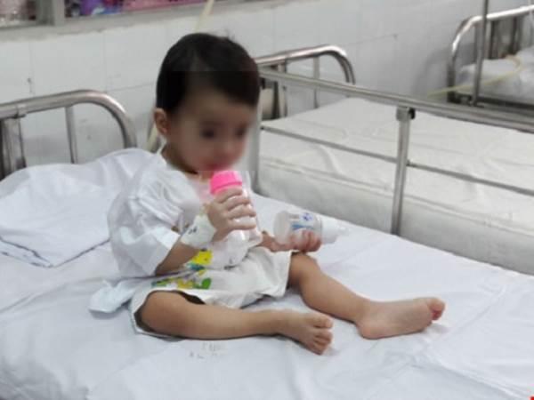 Kinh hoàng lấy chiếc thìa mắc trong cổ họng bé gái 2 tuổi sau khi ngã ở nhà trẻ - Ảnh 1