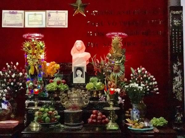 Nhiều nghệ sĩ Việt viếng thăm mộ Anh hùng Võ Thị Sáu - Ảnh 1