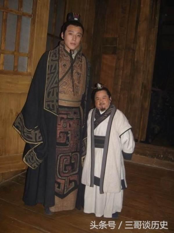 Sốc: Tài tử lùn nhất Trung Quốc tự hào khi có 4 vợ trẻ đẹp - Ảnh 1