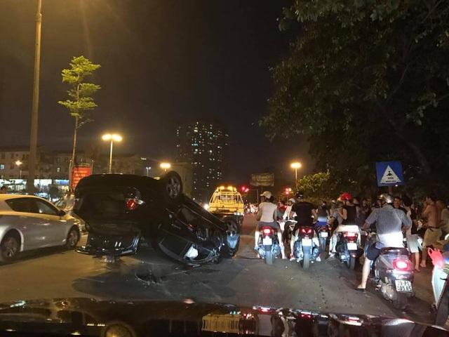 Hà Nội: Nữ tài xế lái Honda Civic đâm xe máy, húc cột điện rồi lật ngửa - Ảnh 2