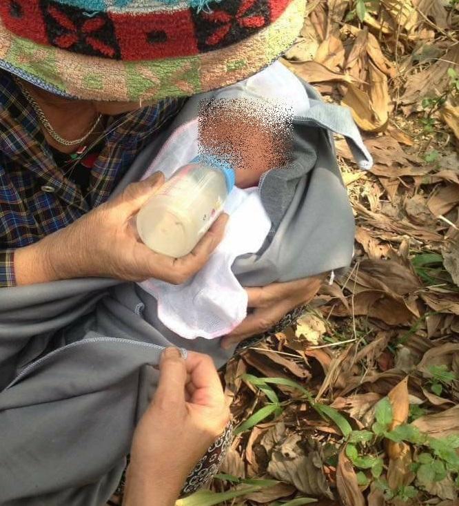 Thương cảm: Bé trai 6 tháng tuổi bị bỏ rơi trong chòi hoang, tím tái khắp người do kiến cắn - Ảnh 1