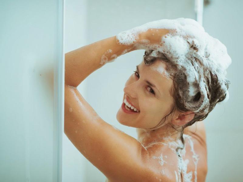 Muốn trẻ hơn? Hãy thay đổi 5 thói quen khi tắm này - Ảnh 1