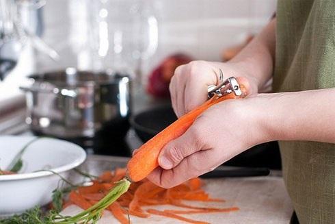 Mẹo gọt vỏ cà rốt vừa nhanh vừa không sợ đứt tay mà chị em nội trợ nhất định phải biết  - Ảnh 1