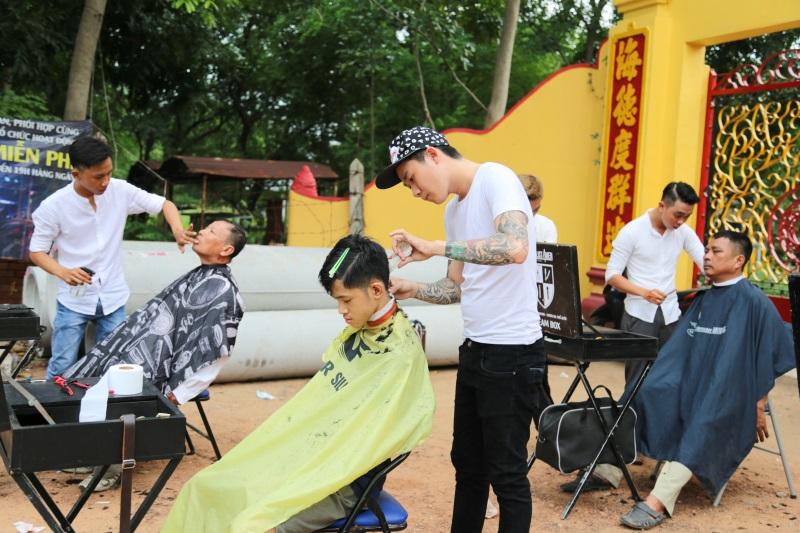Sài Gòn đáng mến với 'salon' hớt tóc miễn phí trước cổng chùa