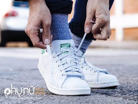Đi giày cả đời mà không biết 5 mẹo giữ giày trắng tinh như mới này thì quá uổng phí - Ảnh 2