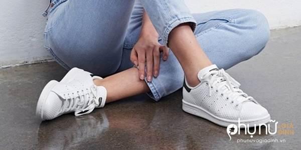 Đi giày cả đời mà không biết 5 mẹo giữ giày trắng tinh như mới này thì quá uổng phí - Ảnh 1