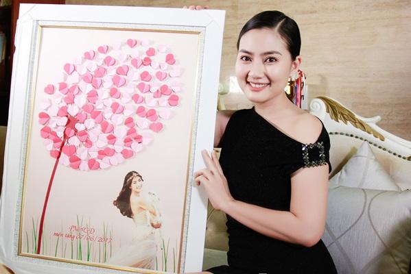 Ngọc Lan nhận món quà từ báo Phụ nữ và Gia đình - Ảnh: Mễ Thuận