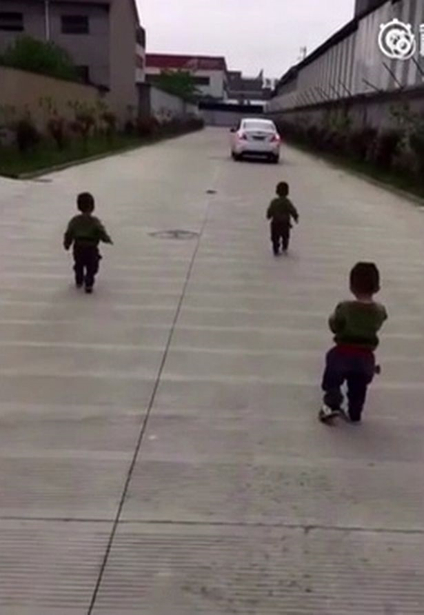 Cư dân mạng tan chảy với clip 3 chú nhóc chạy theo đuôi xe đòi bố ôm trước khi đi làm - Ảnh 1