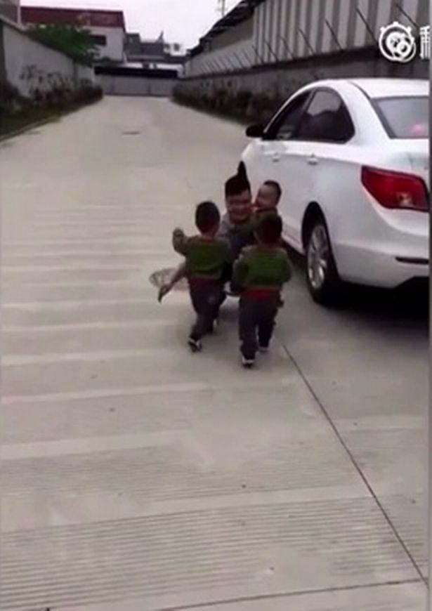 Cư dân mạng tan chảy với clip 3 chú nhóc chạy theo đuôi xe đòi bố ôm trước khi đi làm - Ảnh 2