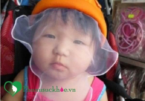 Cảnh báo: Cha mẹ nên cẩn trọng khi sử dụng khăn voan cho trẻ - Ảnh 1