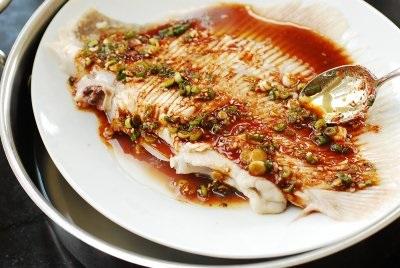 Học người Hàn cách làm món cá hấp thơm nức cực ngon - Ảnh 4