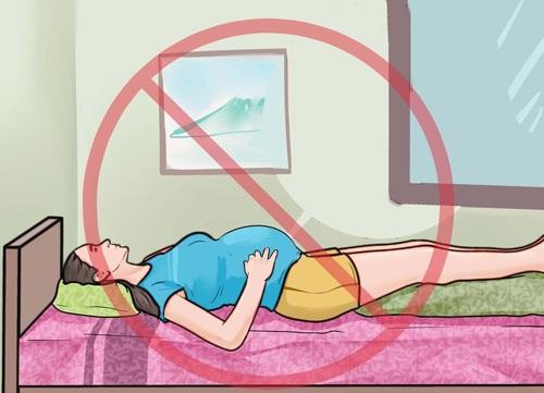 4 tư thế nằm ngủ của mẹ bầu cực nguy hiểm khiến thai nhi chết lưu, chết non - Ảnh 1