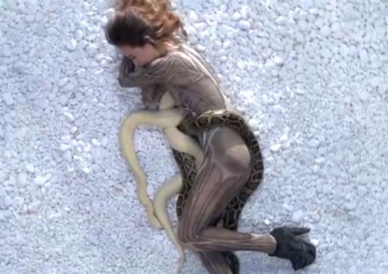 Thí sinh Next Top Model khóc thét khi phải chụp ảnh với trăn khổng lồ
