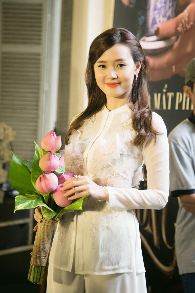 Midu vô cùng xinh đẹp trong bộ đồ bà ba với những chi tiết đính kết hiện đại và đài các