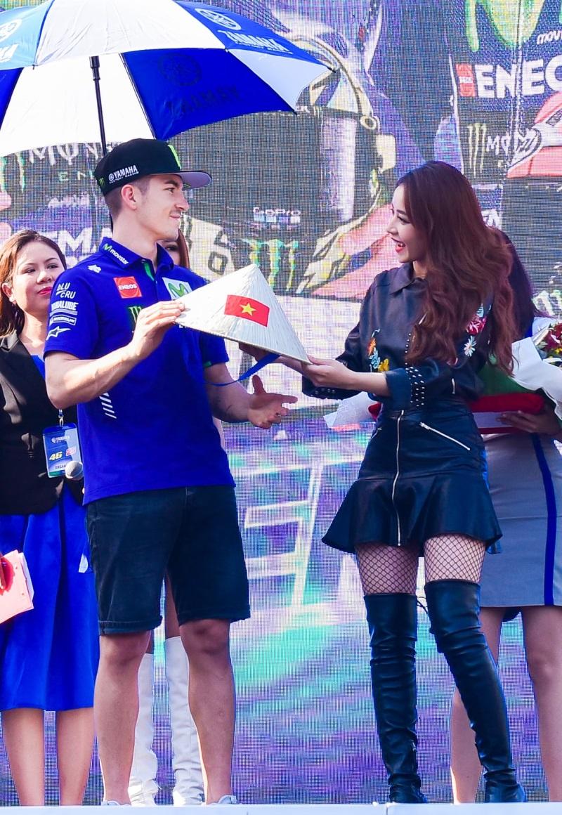 MC Quốc Quân rạng rỡ cùng Minh Hằng, Chi Pu giao lưu với tay đua số 1 thế giới - Ảnh 8