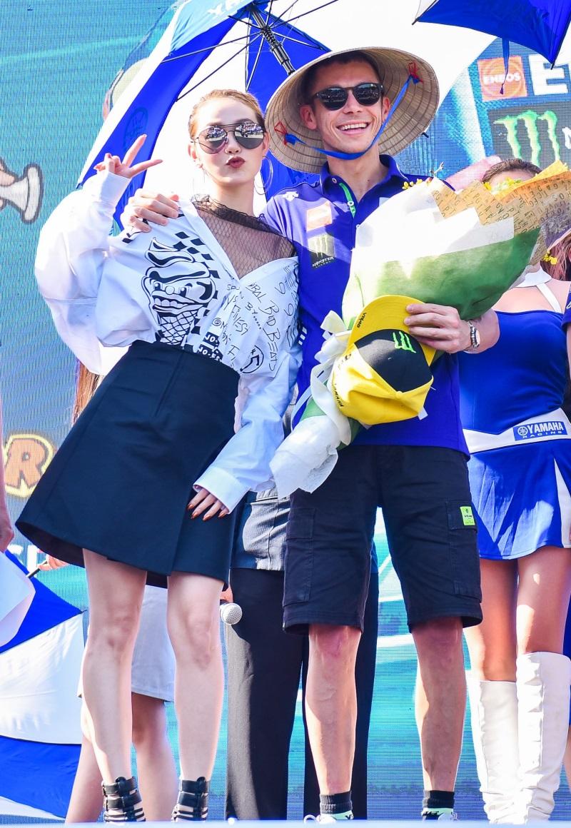 MC Quốc Quân rạng rỡ cùng Minh Hằng, Chi Pu giao lưu với tay đua số 1 thế giới - Ảnh 11