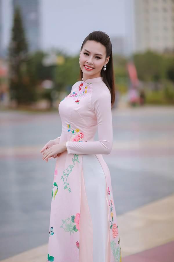 Sinh viên hào hứng vây quanh hoa hậu biển Thuỳ Trang - Ảnh 1