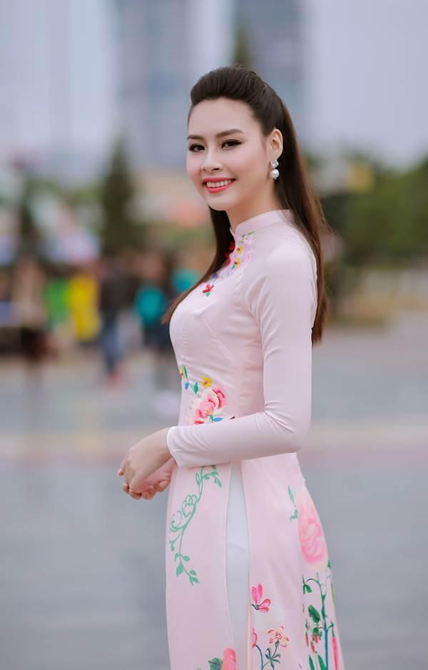 Sinh viên hào hứng vây quanh hoa hậu biển Thuỳ Trang - Ảnh 2