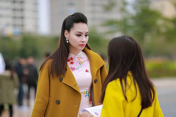 Sinh viên hào hứng vây quanh hoa hậu biển Thuỳ Trang - Ảnh 3