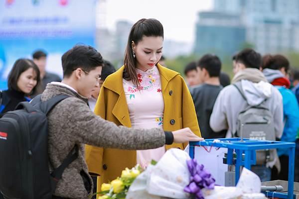 Sinh viên hào hứng vây quanh hoa hậu biển Thuỳ Trang - Ảnh 4