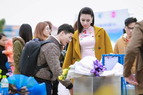 Sinh viên hào hứng vây quanh hoa hậu biển Thuỳ Trang - Ảnh 5