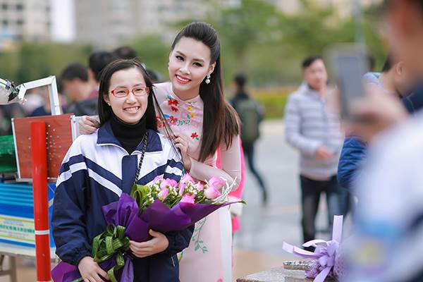 Sinh viên hào hứng vây quanh hoa hậu biển Thuỳ Trang - Ảnh 6