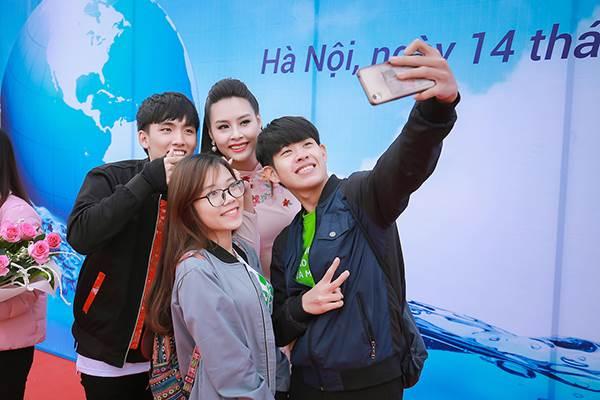 Sinh viên hào hứng vây quanh hoa hậu biển Thuỳ Trang - Ảnh 7