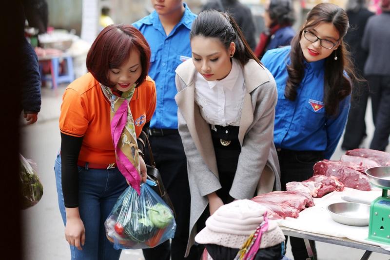 Hoa hậu biển Thùy Trang đi chợ, nấu ăn cho cựu nữ thanh niên xung phong - Ảnh 1