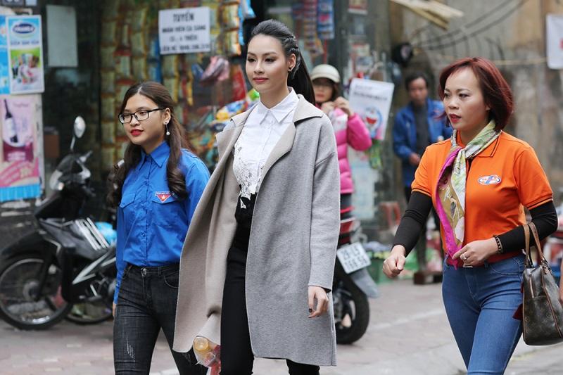 Hoa hậu biển Thùy Trang đi chợ, nấu ăn cho cựu nữ thanh niên xung phong - Ảnh 2
