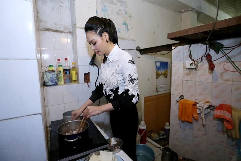 Hoa hậu biển Thùy Trang đi chợ, nấu ăn cho cựu nữ thanh niên xung phong - Ảnh 3
