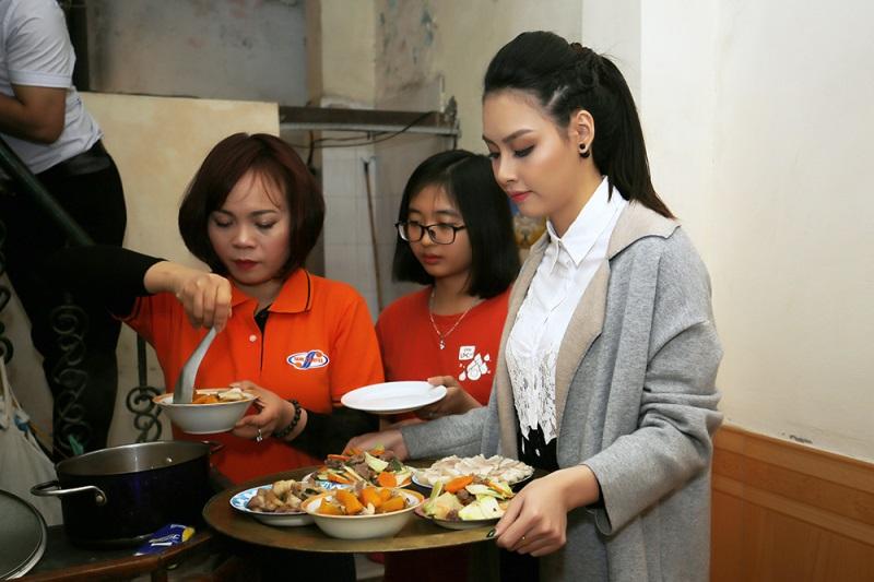 Hoa hậu biển Thùy Trang đi chợ, nấu ăn cho cựu nữ thanh niên xung phong - Ảnh 4