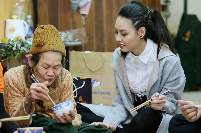 Hoa hậu biển Thùy Trang đi chợ, nấu ăn cho cựu nữ thanh niên xung phong - Ảnh 5