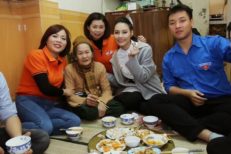 Hoa hậu biển Thùy Trang đi chợ, nấu ăn cho cựu nữ thanh niên xung phong - Ảnh 6