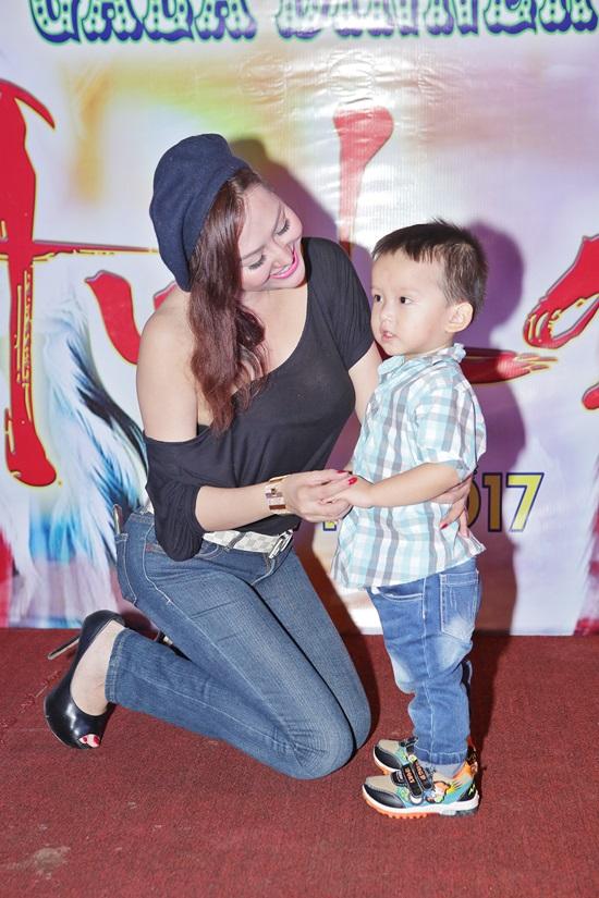 Hiếm hoi xuất hiện cùng con trai, Phi Thanh Vân lại mặc áo hớ hênh lộ vòng 1 'ngồn ngộn' thế này - Ảnh 2