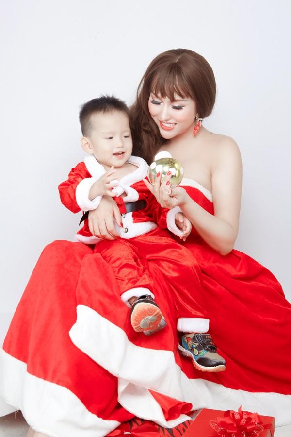 Phi Thanh Vân tung ảnh Giáng sinh đẹp ngỡ ngàng bên con trai - Ảnh 1