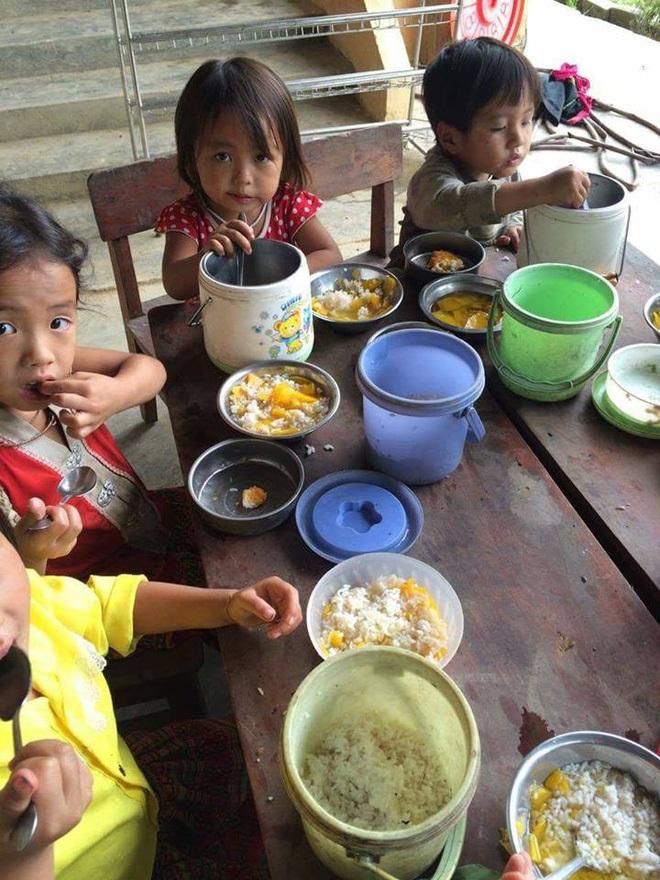 Xúc động bữa cơm với muối của những em bé vùng cao ngày Trung thu