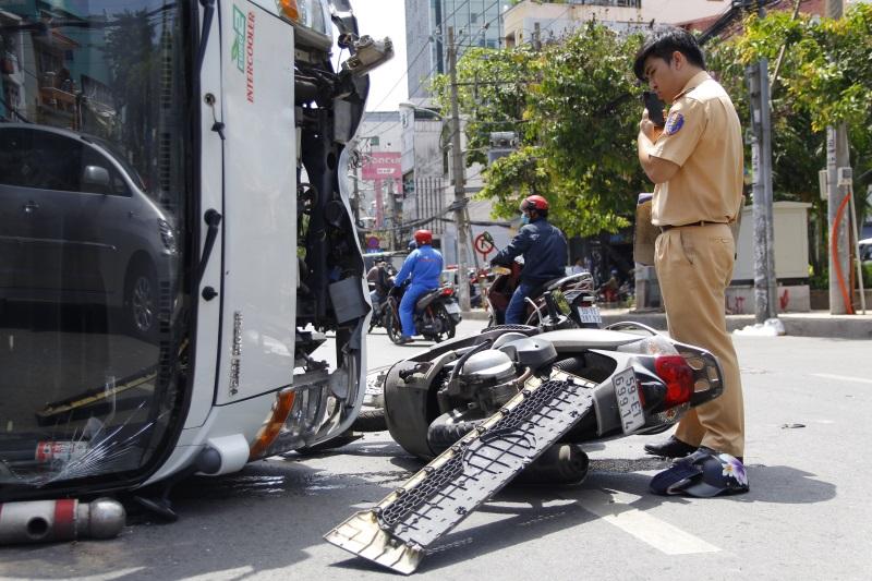 Xe tải chở bia lật ngang, 2 người bị thương - Ảnh 2