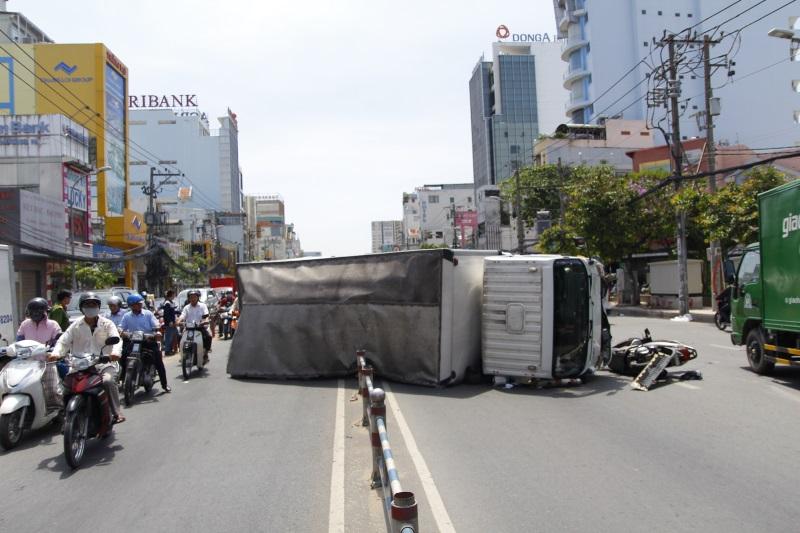 Xe tải chở bia lật ngang, 2 người bị thương - Ảnh 1