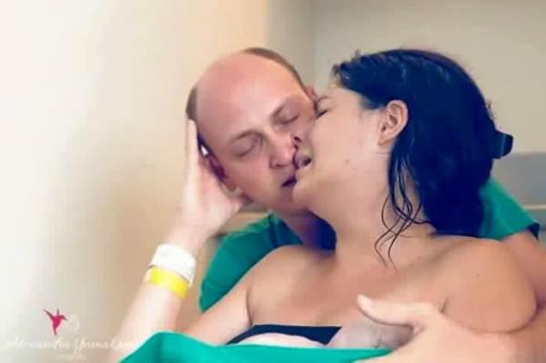 Ảnh người chồng gồng mình, cắn răng đau đẻ cùng vợ gây xúc động - Ảnh 15