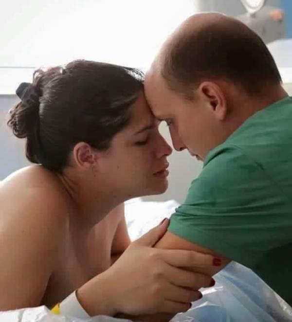 Ảnh người chồng gồng mình, cắn răng đau đẻ cùng vợ gây xúc động - Ảnh 6