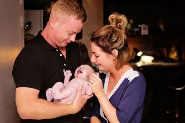 Sau 8 lần thụ tinh, 4 lần sảy thai, bà mẹ này đã có con sau khi nghe một cuộc điện thoại - Ảnh 1