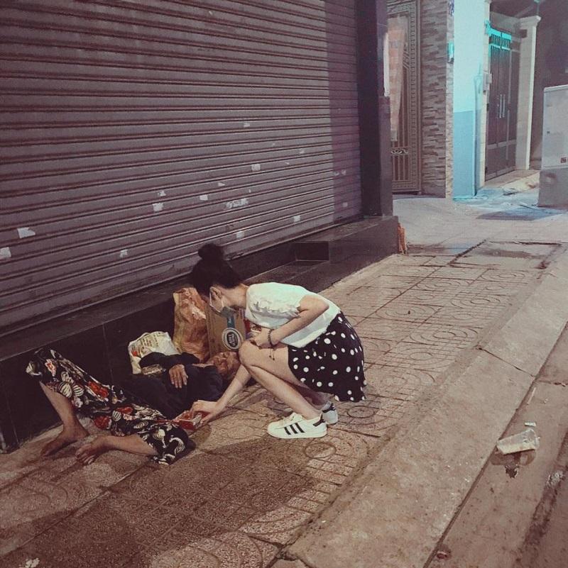 Trung thu không có nhà để về, người vô gia cư vẫn thấy ấm lòng khi được Angela Phương Trinh mang bánh tận nơi - Ảnh 1