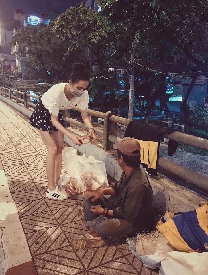 Trung thu không có nhà để về, người vô gia cư vẫn thấy ấm lòng khi được Angela Phương Trinh mang bánh tận nơi - Ảnh 2