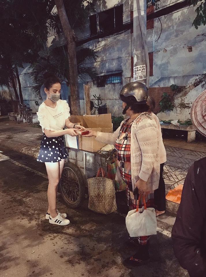 Trung thu không có nhà để về, người vô gia cư vẫn thấy ấm lòng khi được Angela Phương Trinh mang bánh tận nơi - Ảnh 4