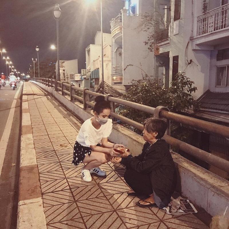 Trung thu không có nhà để về, người vô gia cư vẫn thấy ấm lòng khi được Angela Phương Trinh mang bánh tận nơi - Ảnh 5