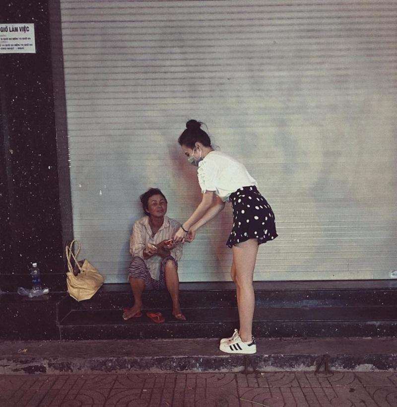 Trung thu không có nhà để về, người vô gia cư vẫn thấy ấm lòng khi được Angela Phương Trinh mang bánh tận nơi - Ảnh 6