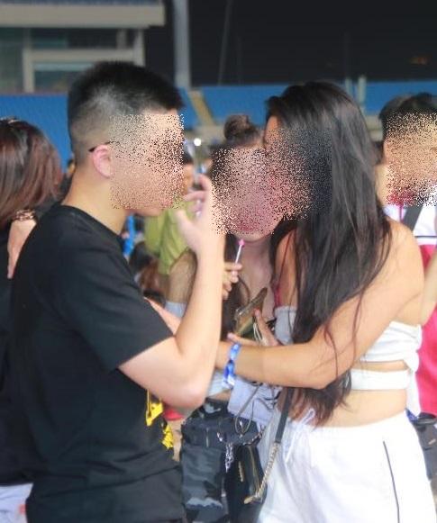 Hà Nội: Sốc với cảnh giới trẻ mặc quần lót, áo ngực đi xem ca nhạc tại sân vận động Mỹ Đình - Ảnh 2